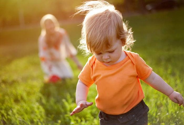 Малыш бегает на природе