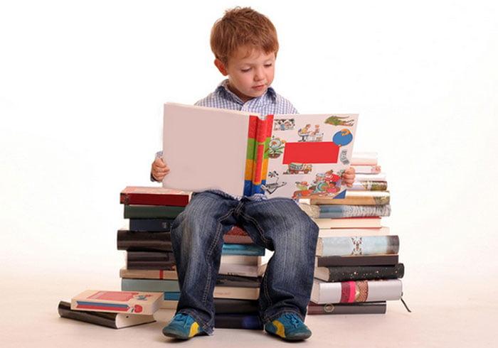 Мальчик читает книжку