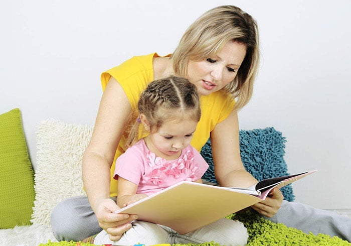 Мама учит дочку читать