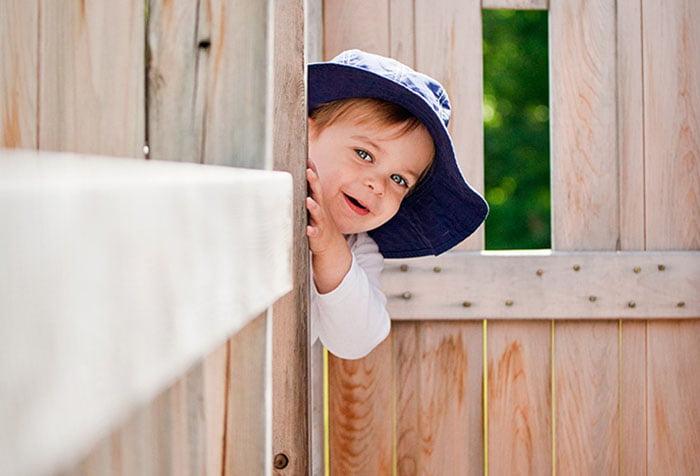Ребенок играет в прятки