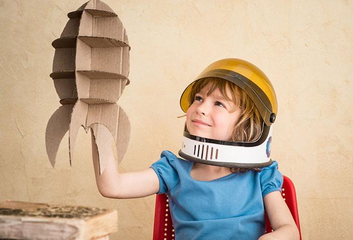 Ребенок играет в космонавта