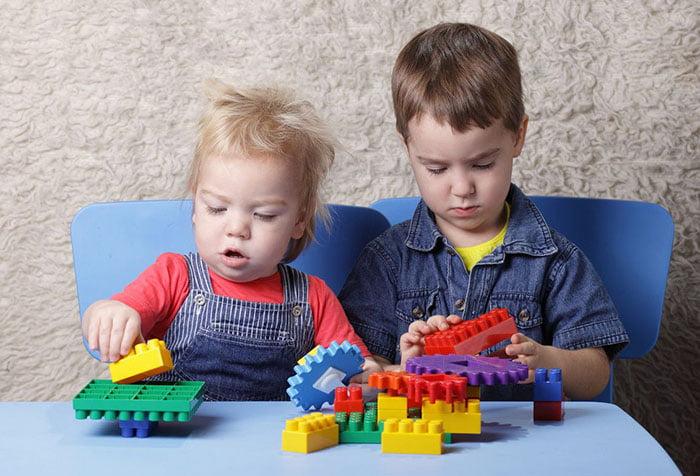 Дети играют с лего
