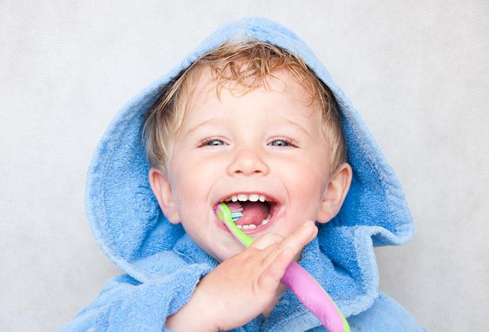 Малыш чистит зубы