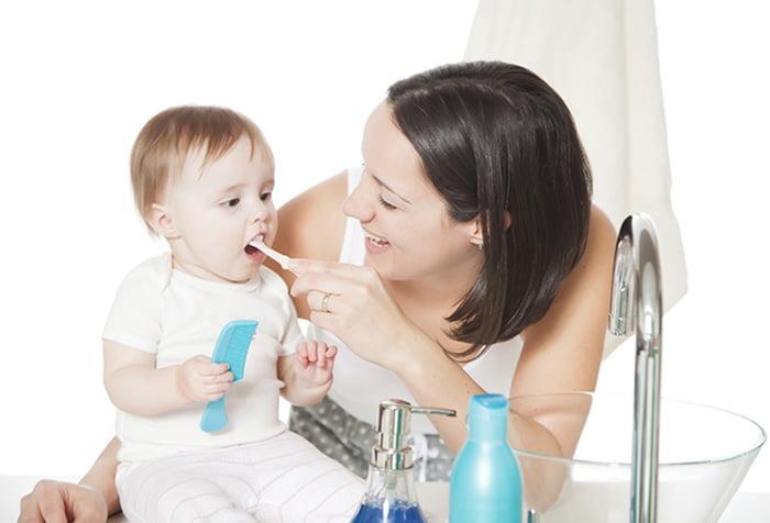 Мама чистит зубы малышу