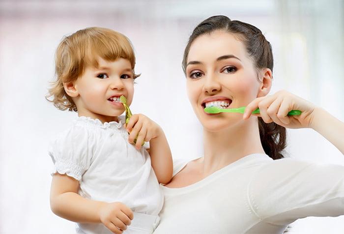 Мама с ребенком чистят зубы