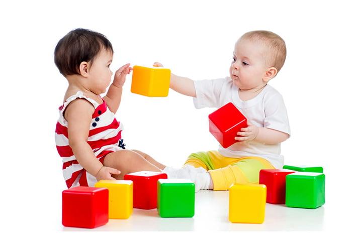 Малыши с цветными кубиками