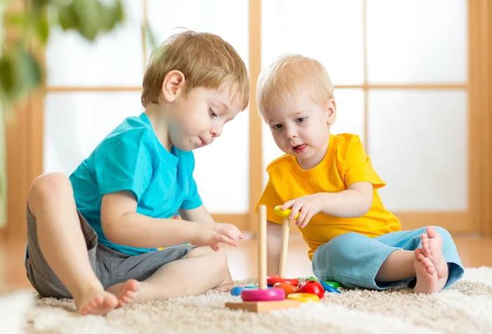 Малыши собирают пирамидку