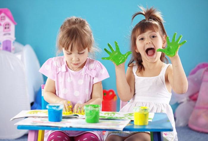 Девочки рисуют пальчиковыми красками