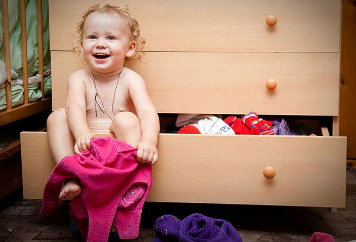 Малыш пытается одеться самостоятельно