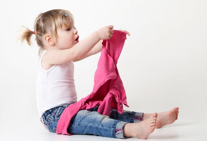 Девочка одевается