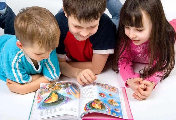 Дети читают книжку