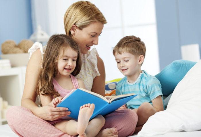 Дети с мамой читают сказку