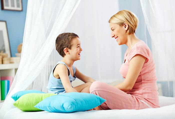 Сын разговаривает с мамой