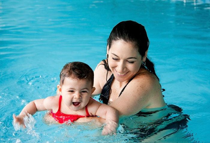 Мама учит малышку плавать