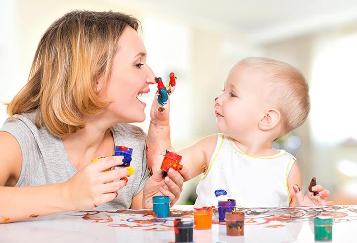 Малыш рисует у мамы на лице