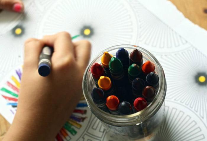 Ребенок рисует восковыми мелками