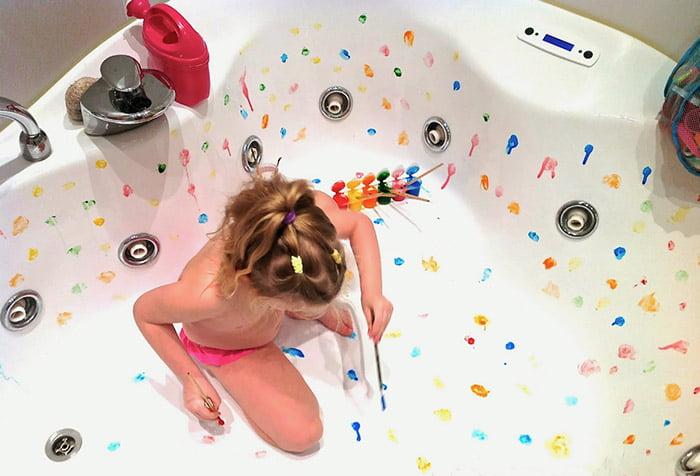 Девочка рисует красками в ванной