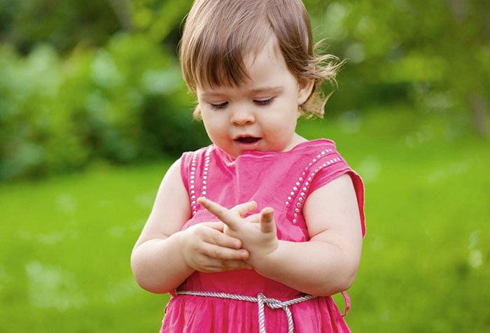 Маленькая девочка считает на пальцах