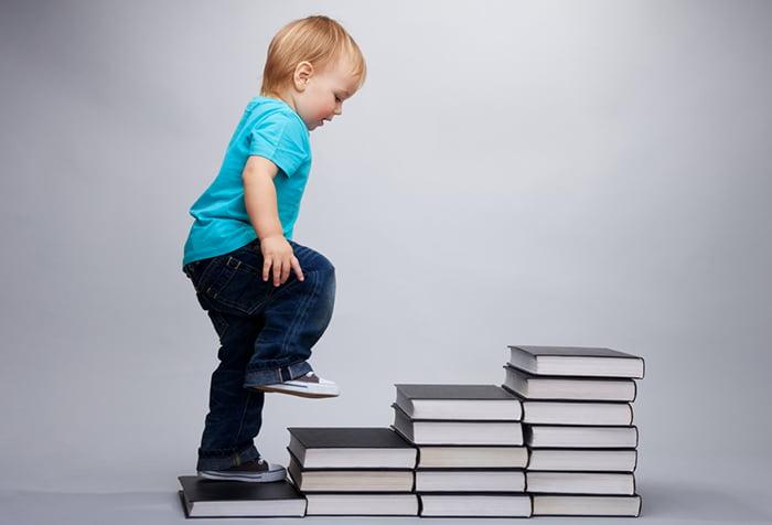 Ребенок идет по ступенькам из книг