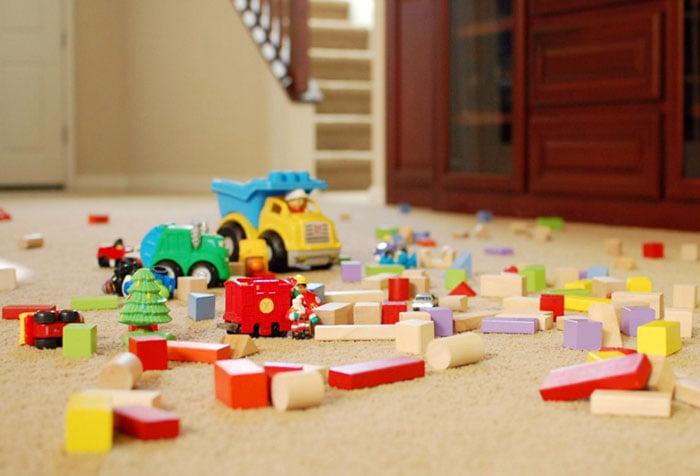 Разбросанные по полу игрушки