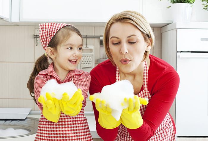 Мама с дочкой за уборкой