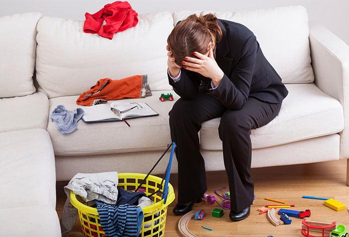 Женщина расстроена беспорядком в комнате