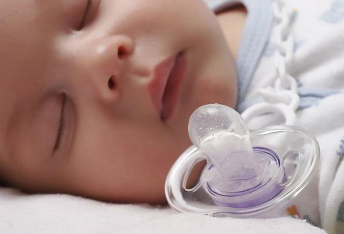 Спящий малыш и пустышка