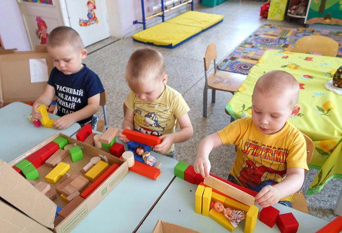 Дети играют с конструктором