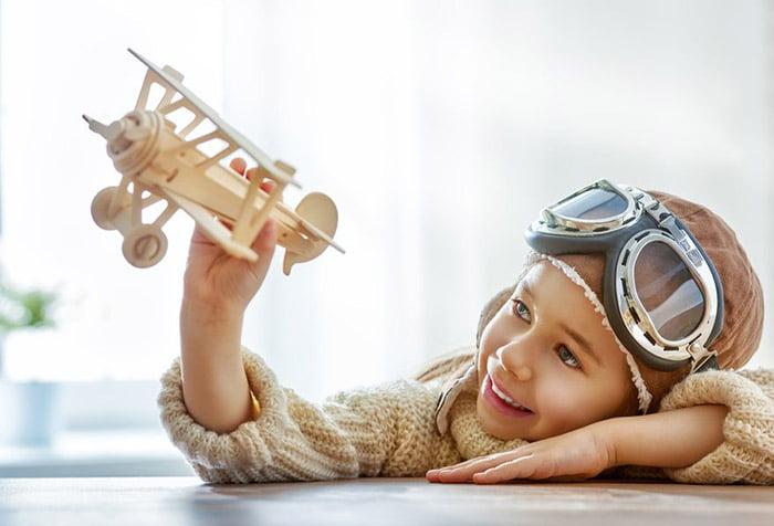 Ребенок играет в летчика