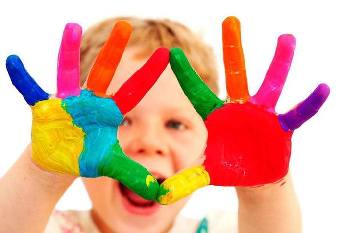 Ребенок с раскрашенными руками