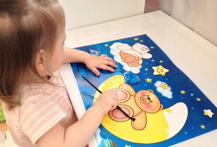 Девочка с водяной раскраской