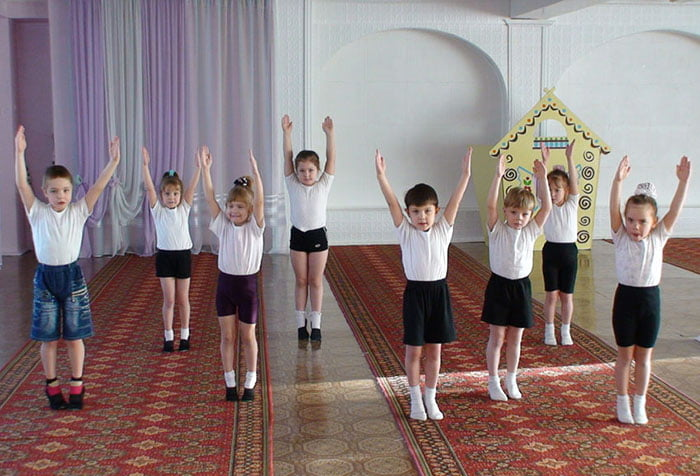 Дети на занятии по ритмике