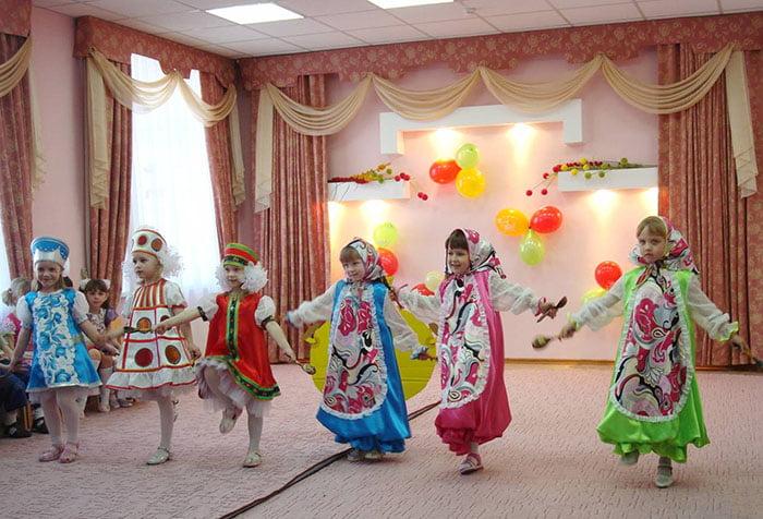 Дети танцуют в народных костюмах