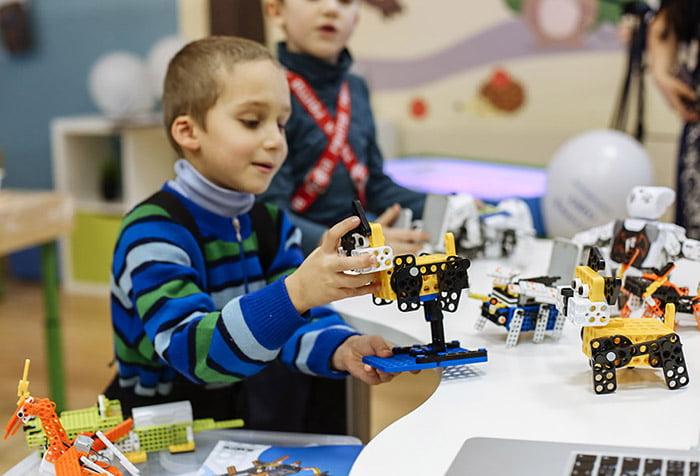 Ребенок мастерит робота