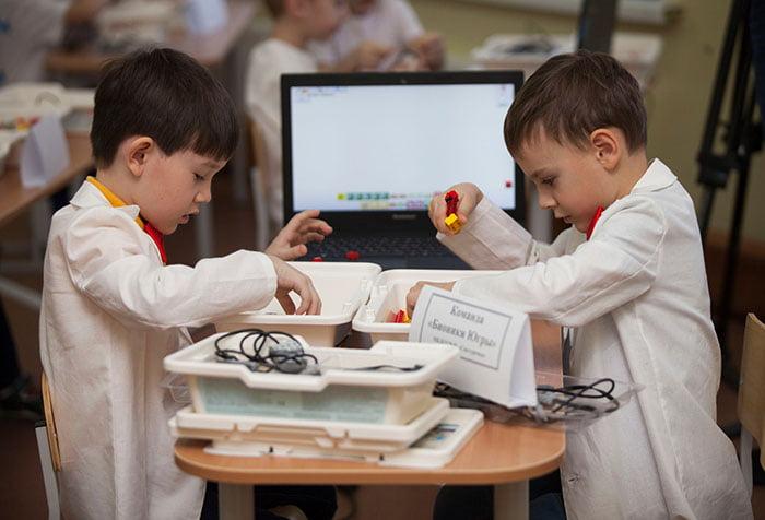 Дети на соревновании по робототехнике