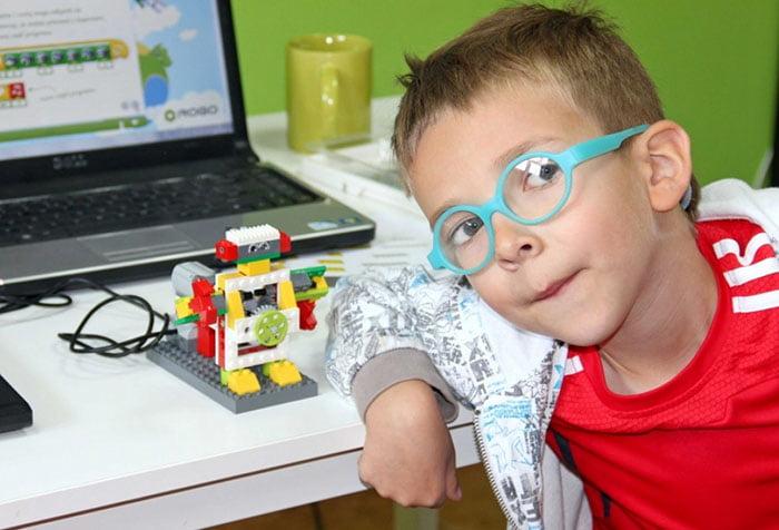 Ребенок собрал лего-робота