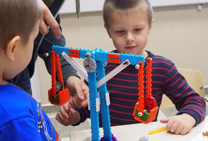 Дети на занятии по робототехнике