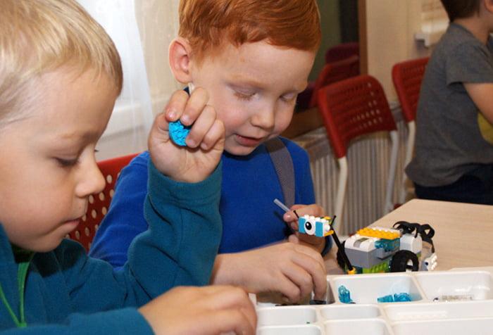 Дошкольники на занятии по робототехнике