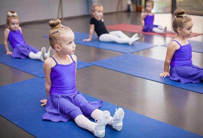 Девочки на занятии художественной гимнастикой