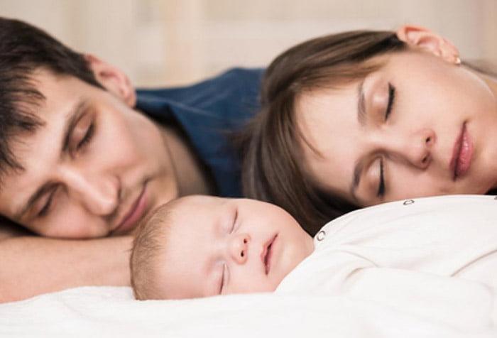 Спящие родители и ребенок