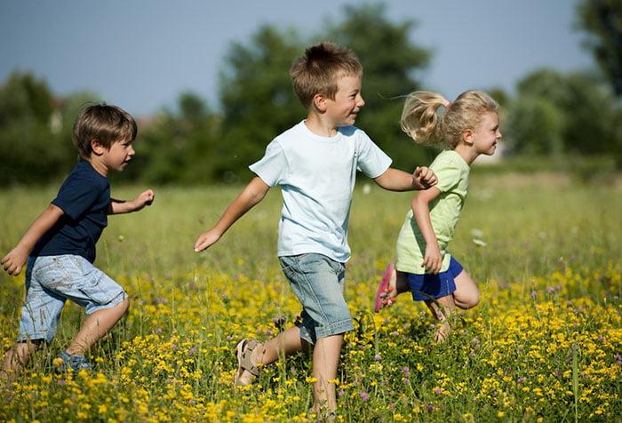 Дети играют в догонялки