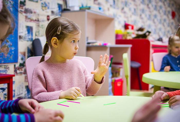 Девочка на занятии в детском саду