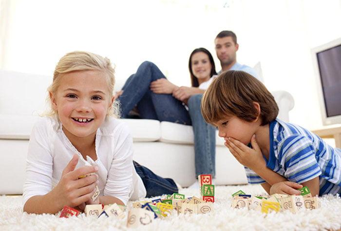 Дети играют с кубиками
