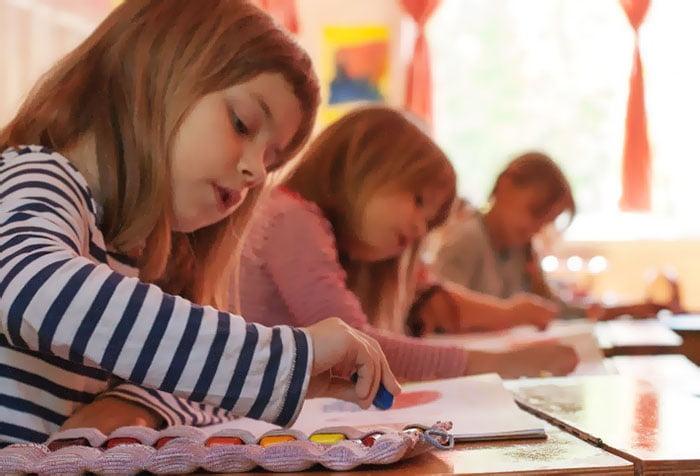 Дети на занятии по рисованию
