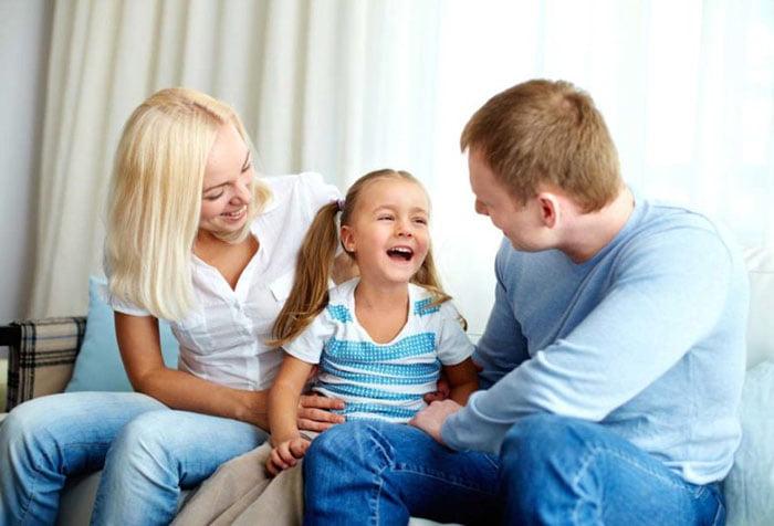 Родители загадывают загадки дочке