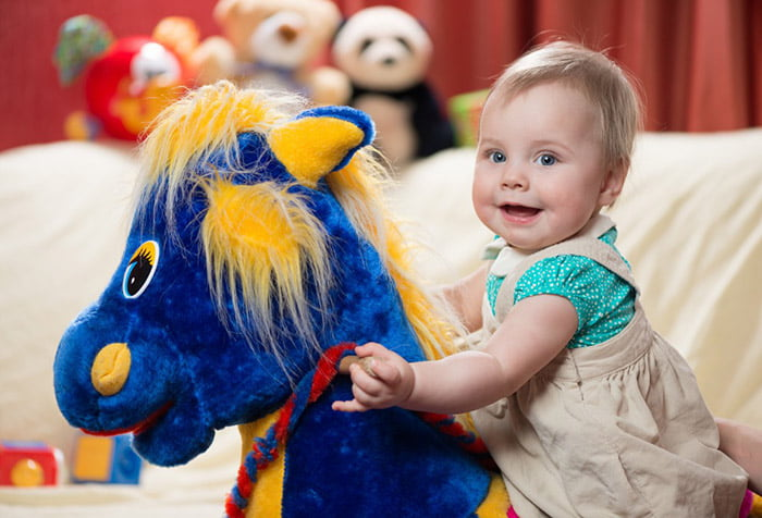 Малыш на игрушечной лошадке