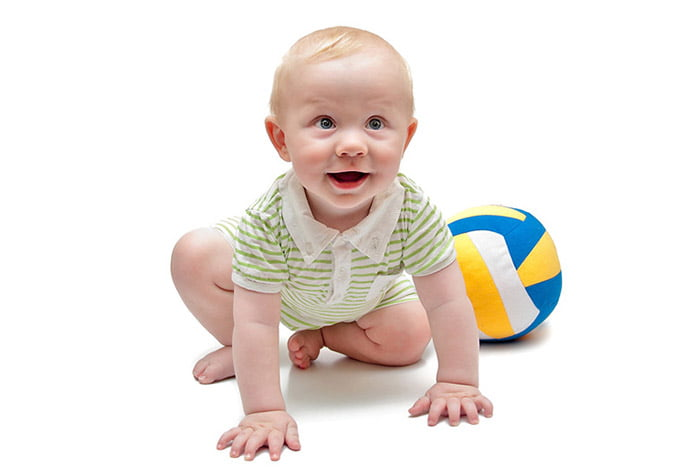 10-месячный ребенок с мячом