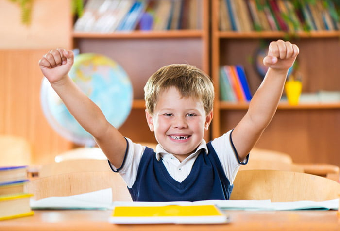 Ребенок доволен своими успехами