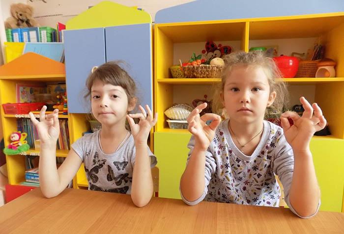 Дети выполняют кинезиологическую гимнастику