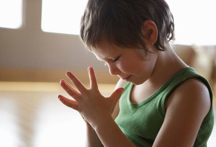 Ребенок выполняет кинезиологическое упражнение